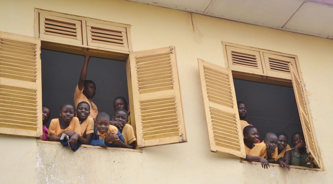 教室の窓辺にたむろうガーナの生徒たち